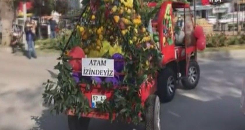 Motosikletini sebze ve meyvelerle süsledi, bayrama katıldı