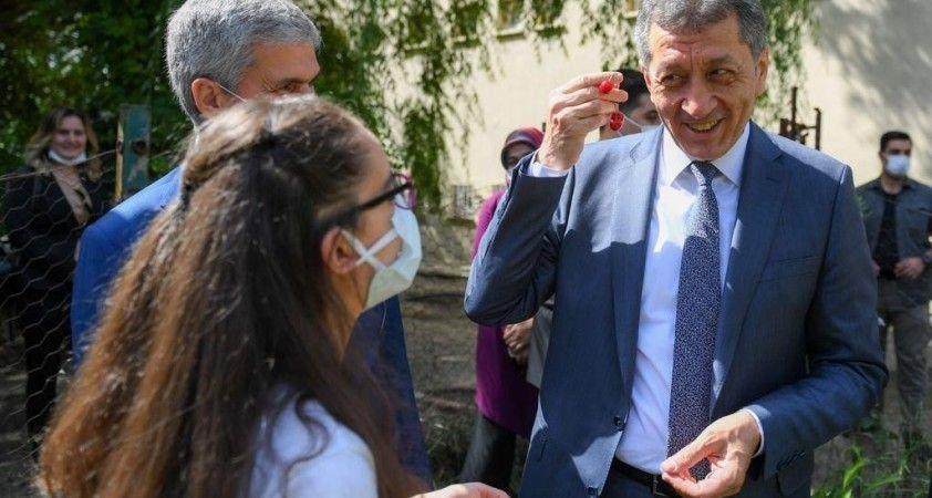 Bakan Selçuk, Büğdüz köyündeki öğrencilerin karne sevincini paylaştı