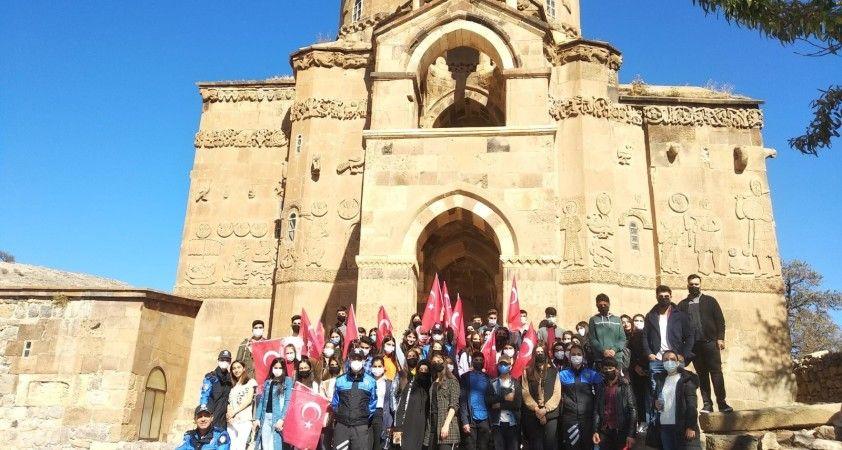 Saray ve Başkale'deki öğrenciler Akdamar Adası'nı ziyaret etti