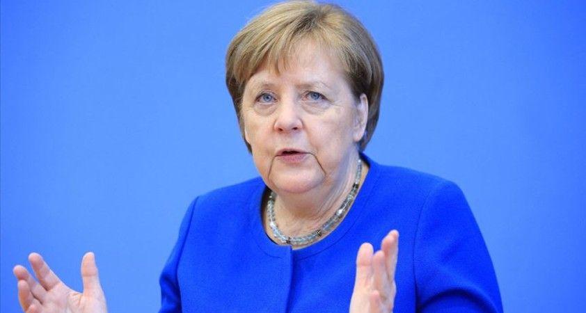 Merkel başbakanlığa yeniden aday olmayacağını açıkladı