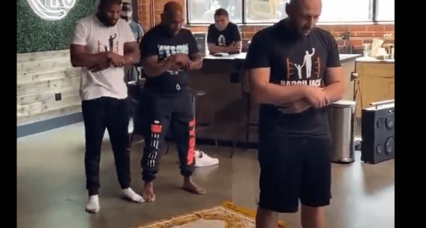 Mike Tyson'ın İslamofobik bir kafede namaz kıldığını iddiası