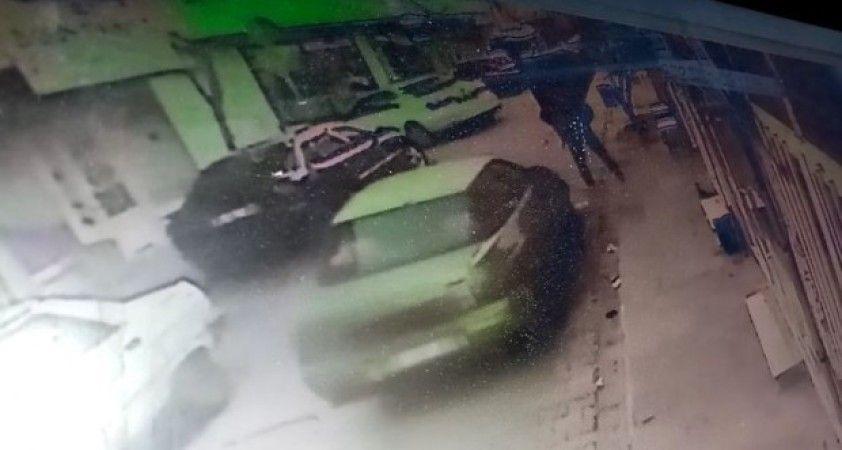 Otomobilin yayaya çarptığı anlar kamerada