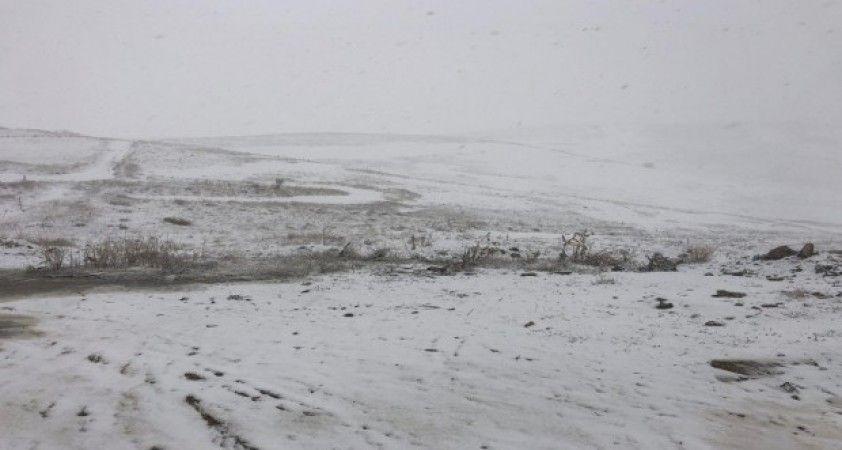 2225 rakımlı Kurubaş Geçidi'nde kar yağışı