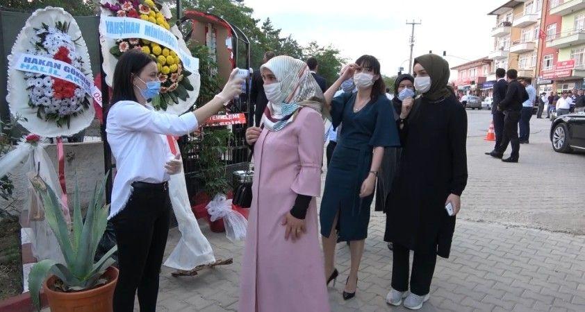 Korona virüs gölgesinde düğün yapıldı, sadece gelin ve damat oynadı