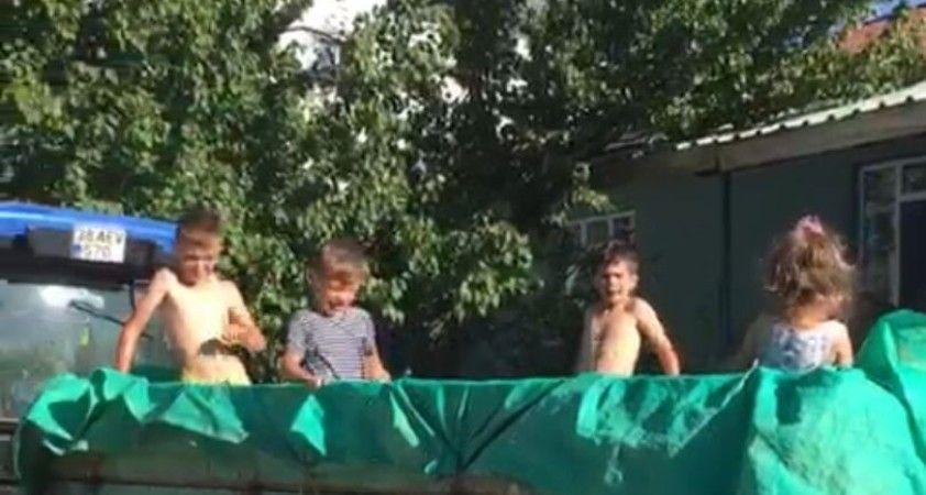 Çocukların römorkta havuz keyfi