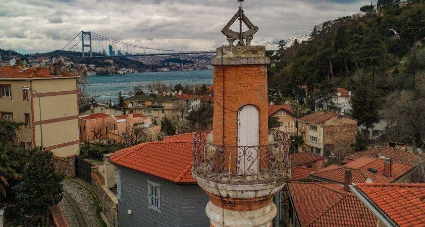 İstanbul'un simgelerinden olan 447 yıllık güneş saatli minare dikkat çekiyor