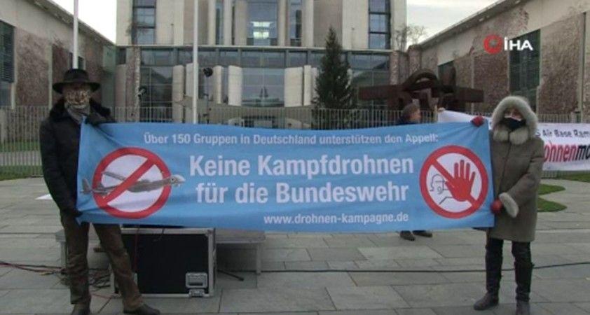 Berlin'de Başbakanlık binası önünde