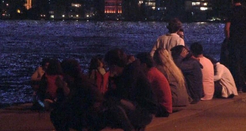 Emirgan sahile akın eden vatandaşlar sosyal mesafeyi hiçe saydı