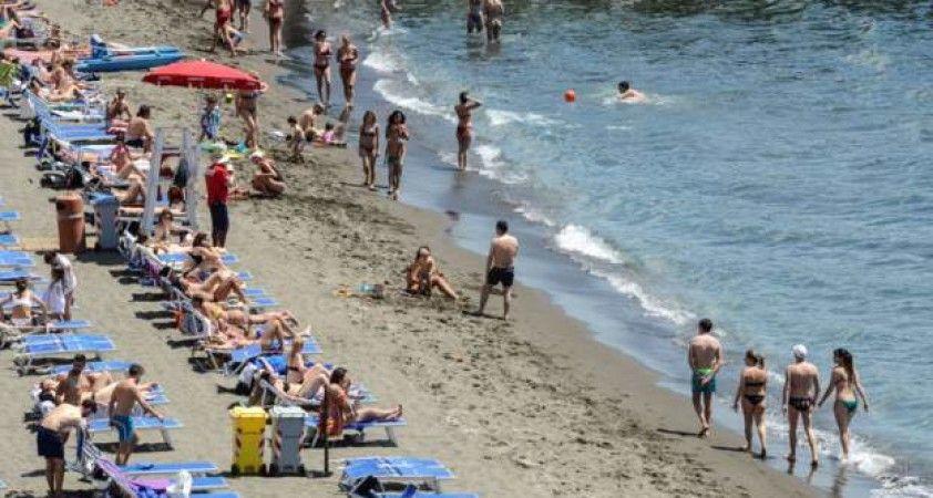 İtalya'da koronavirüse karşı plaj önlemleri rehberi: Denizde de güvenli mesafe korunmalı