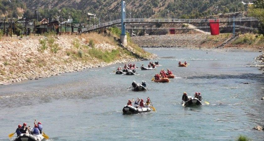 Munzur'da kıyasıya rafting mücadelesi renkli görüntülere sahne oldu