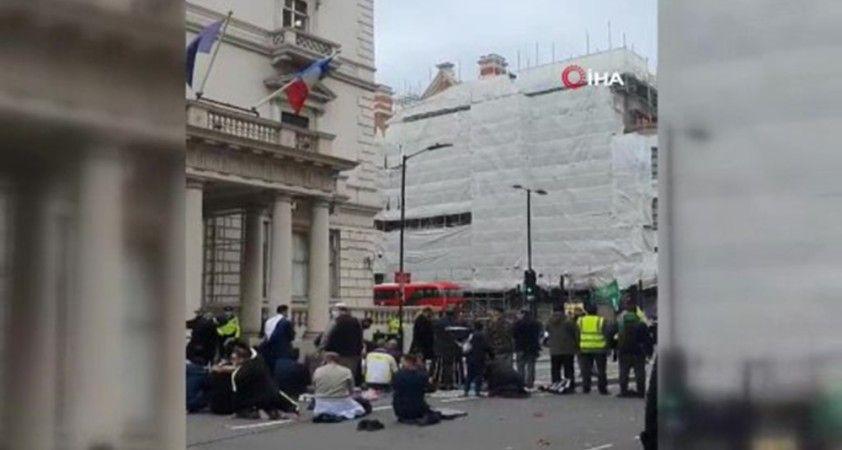 Fransa Cumhurbaşkanı Macron Londra'da protesto edildi