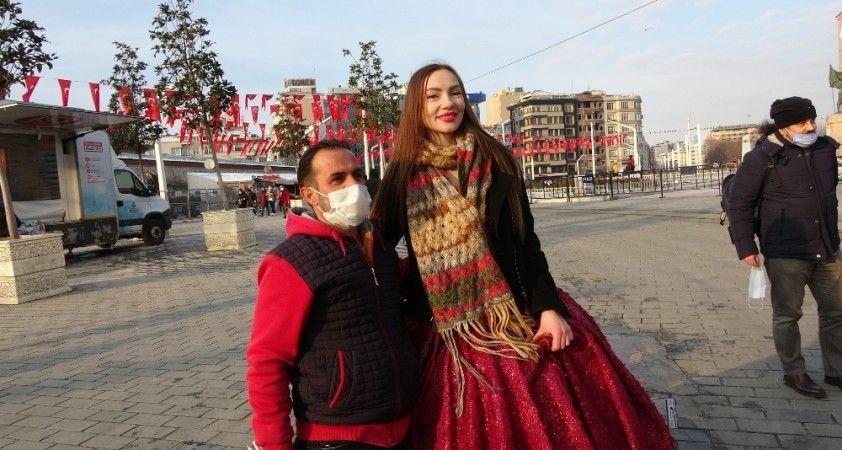 Taksim'de gözler ona çevrildi, görenler dönüp tekrar tekrar baktı