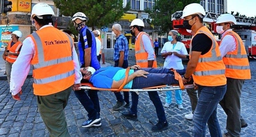 İzmir İtfaiyesinden nefes kesen tatbikat