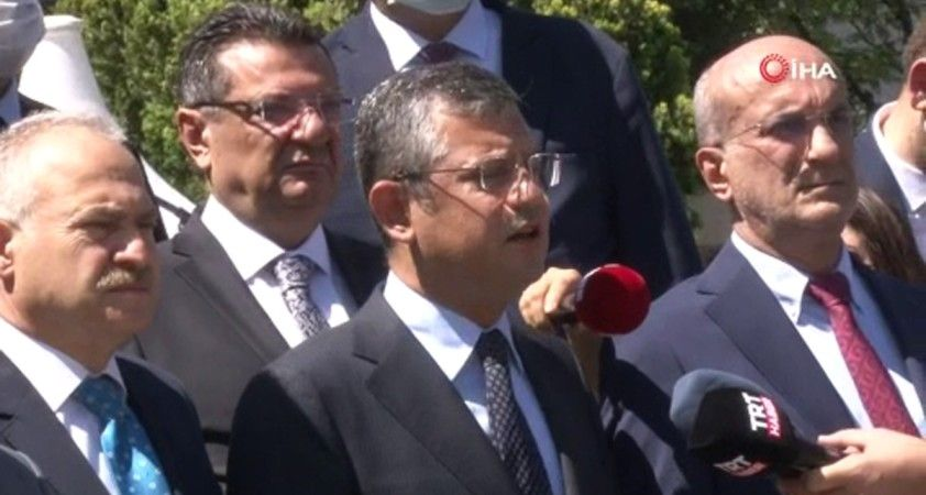 CHP'li milletvekilleri TBMM Şehitler Anıtı'na karanfil bıraktı