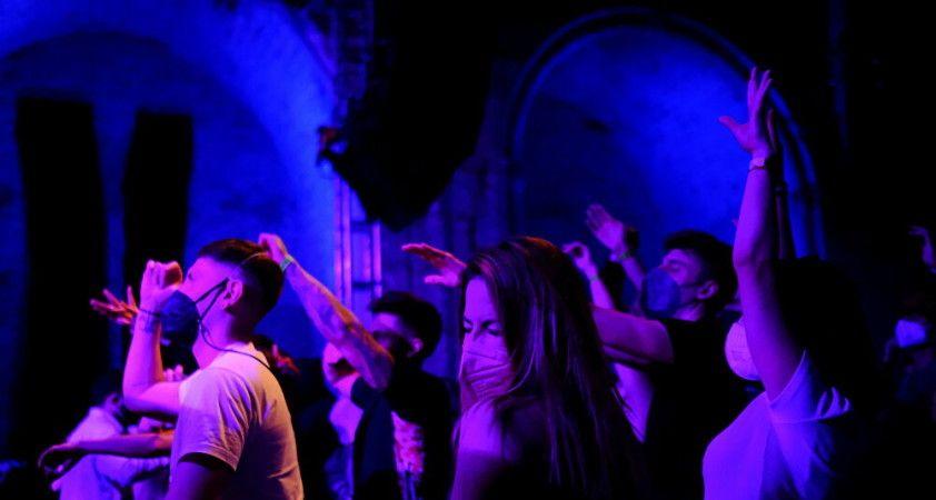 İspanya da koronavirüs pasaportunu deniyor: 200\'ü aşkın kişi gece kulübünde eğlendi