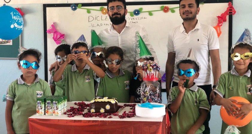 Dicle Üniversite öğrencileri köy çocuklarına hediyeler götürdü