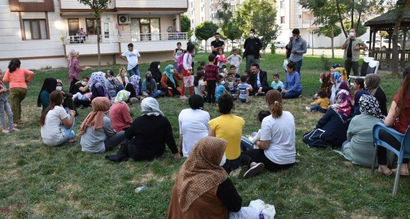 Başkan Beyoğlu çimlerin üzerinde bağdaş kurup kadınların taleplerini dinledi