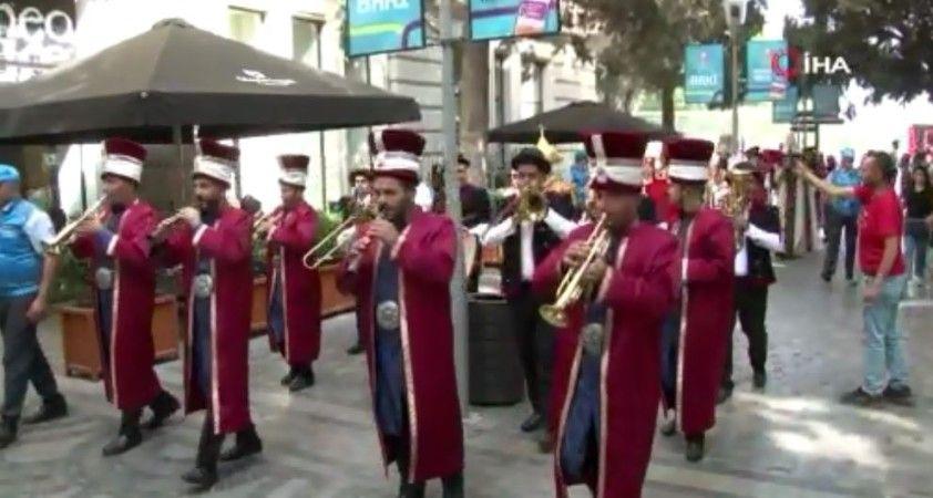 Türkiye - İsviçre maçı öncesi Bakü sokakları Mehter Marşı ile inledi