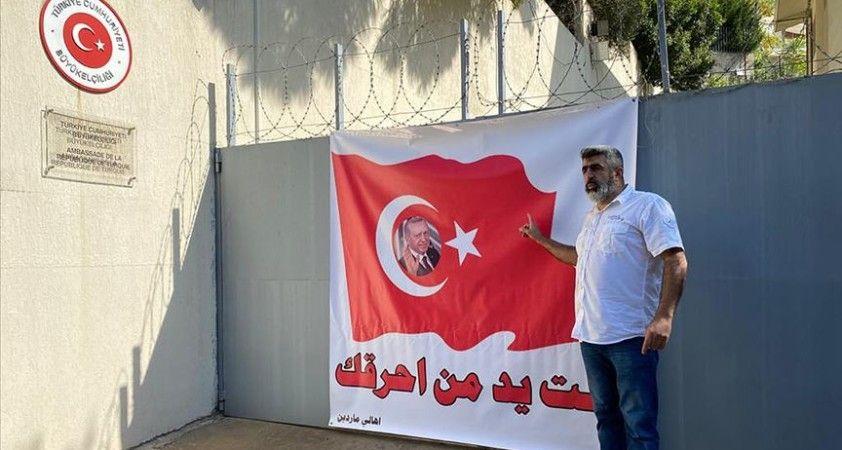 Lübnan'daki Türk Büyükelçiliğine bayraklı destek