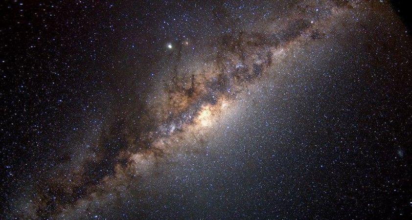 Dünya, Samanyolu Galaksisi'nin merkezindeki süper kütleli kara deliğe sanılandan daha yakın