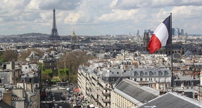 Fransa'da Macron'un partisinin 18 yaşın altındaki kızlara başörtü takmayı yasaklama girişimi mecliste reddedildi