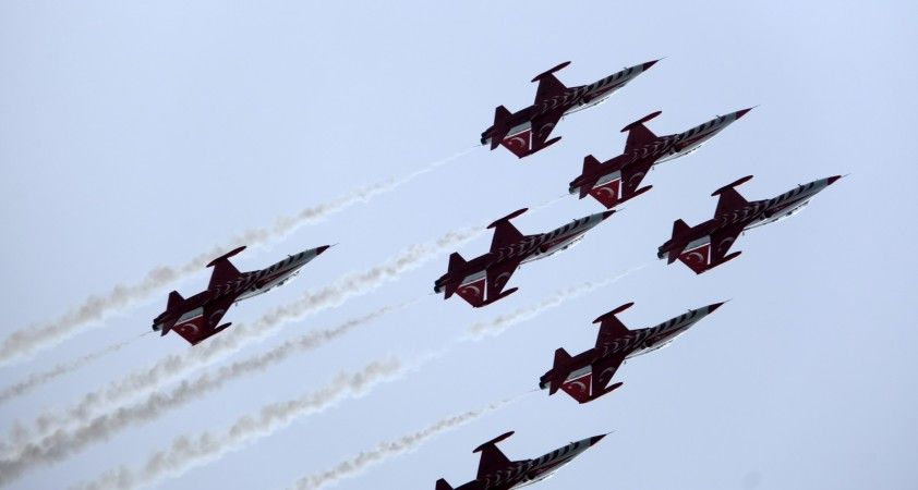 Türk Yıldızları'ndan İskenderun'da selamlama uçuşu