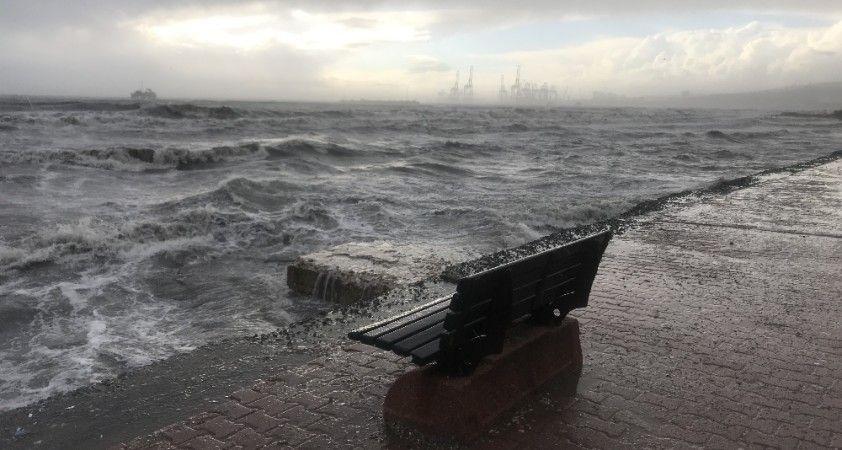 Fırtına uyarısının ardından Avcılar'da dev dalgalar kıyıyı dövdü