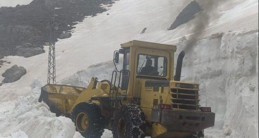 Şırnak'ta ekipler, nisan ayında 5 metre kar ile mücadele ediyor