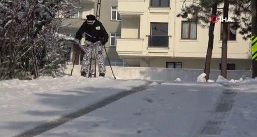 Sokakta kayak malzemeleri ile kar keyfi