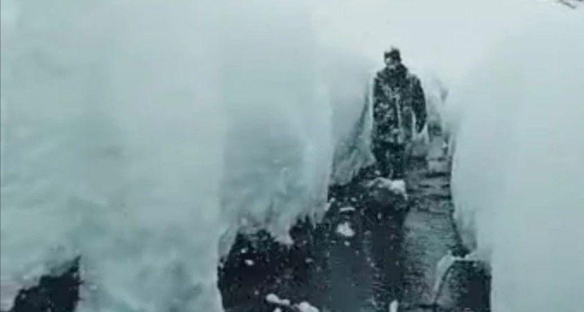 Köy sakinleri insan boyunu aşan kardan dolayı evlerine hapsoldu