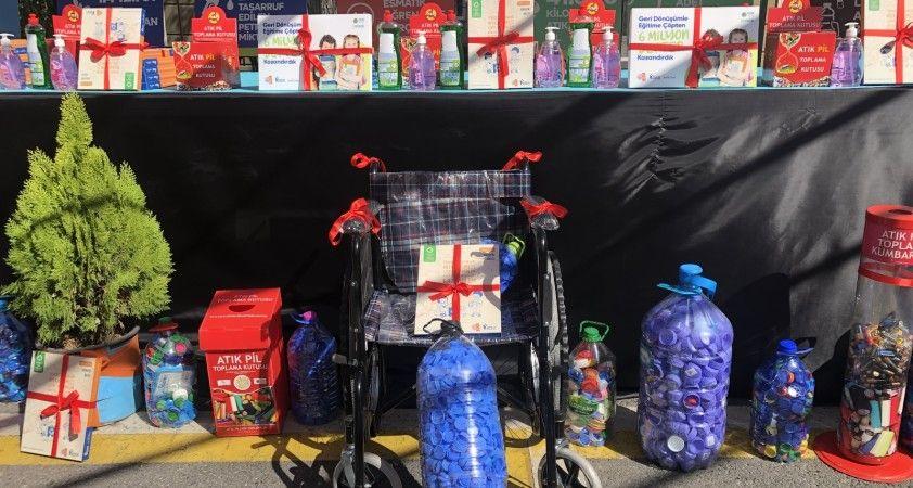 Bakan Özer mavi kapaklarla alınan tekerlekli sandalyeyi öğrenciye hediye etti