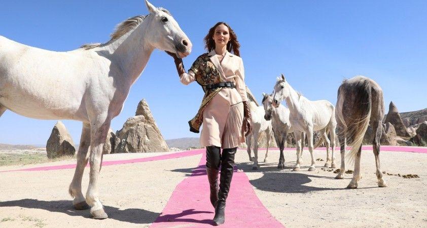 Ünlü mankenler, Kapadokya'da defile yorgunluğunu atlarla attılar