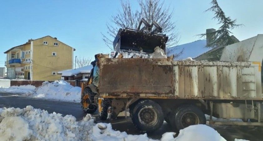 Dodurga'da ana cadde ve sokaklar kardan temizleniyor