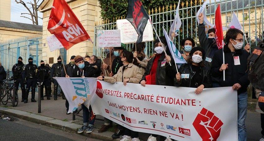 Fransa'da üniversite öğrencileri hükümeti protesto etti