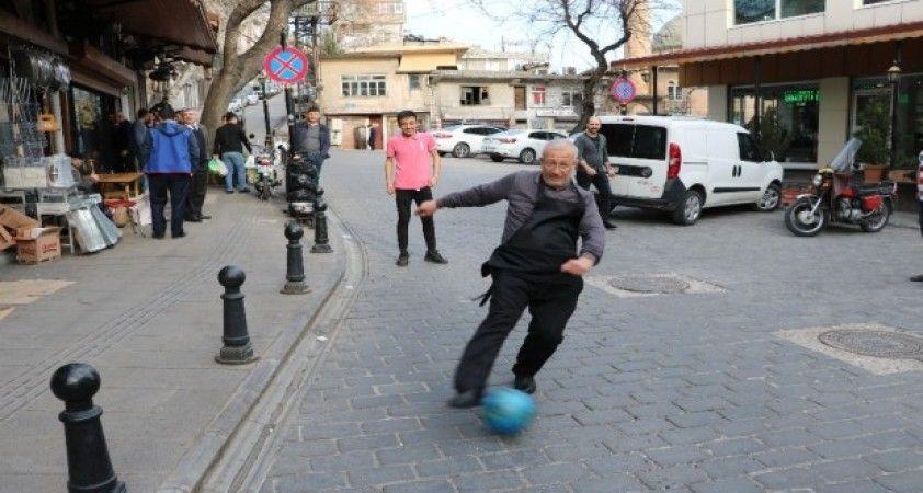 Esnaf müşteri olmayınca futbol oynadı