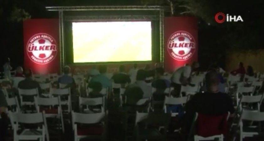 Euro 2020 Final maçı kurulan dev ekranda izleniyor